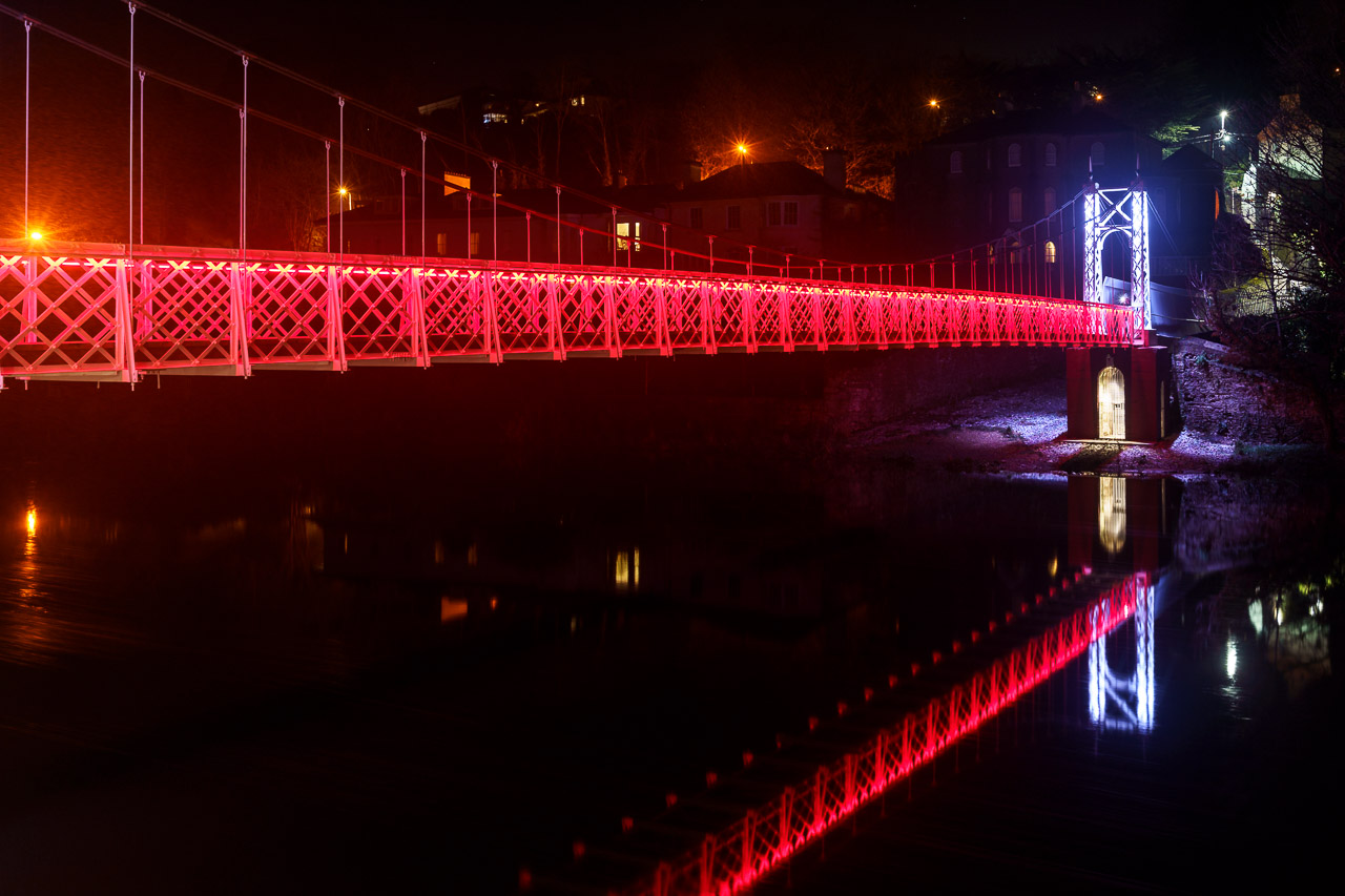 The Red Lights of the Shaky Bridge