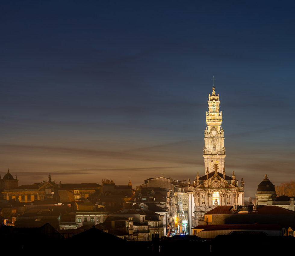 Igreja dos Clérigos Overlooks Porto